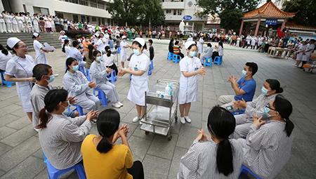护士节寓教于乐 医院广场变身健康大讲堂