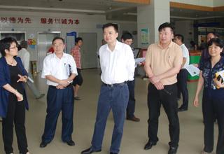 2013年5月6日,广东省林业厅副厅长孟帆(右三)率领督查组到我院督查人感染H7N9禽流感疫情防控工作